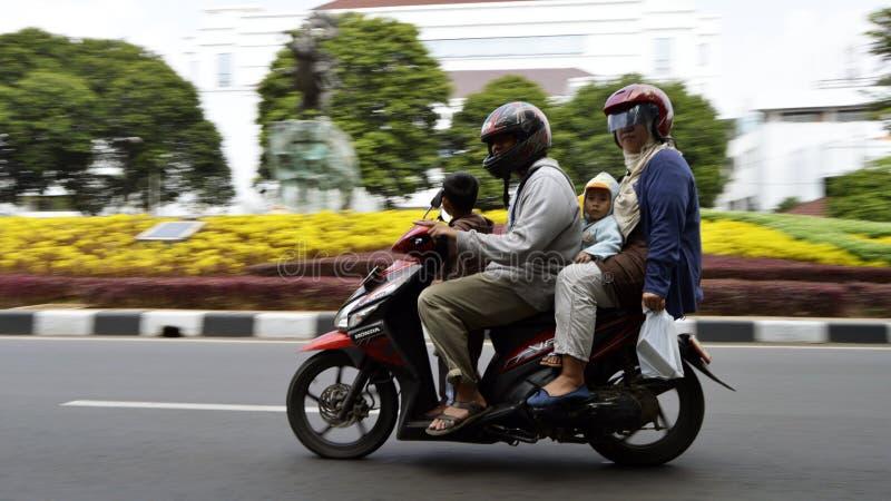 Motocicleta asiática del montar a caballo de la familia fotografía de archivo libre de regalías