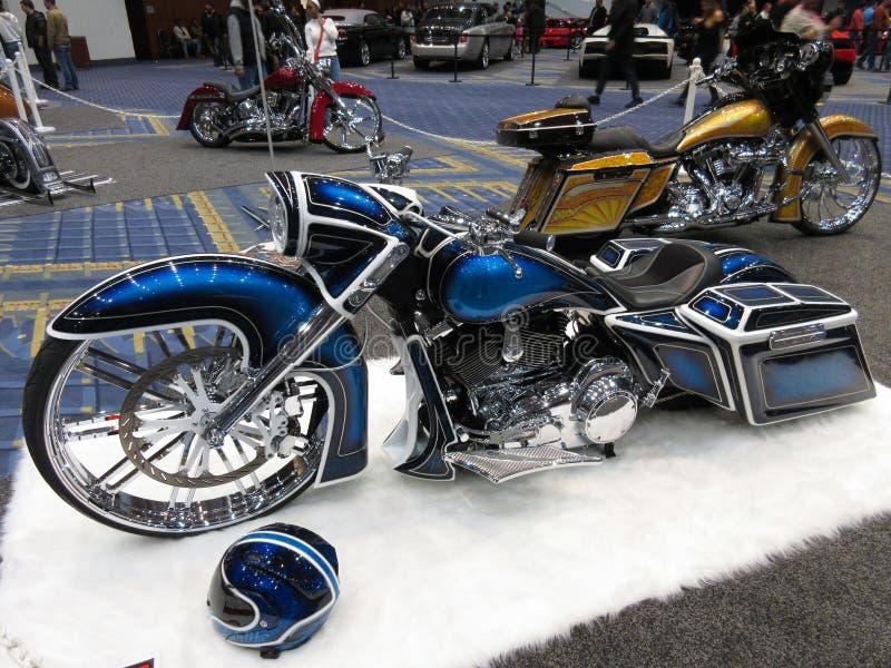 Motocicleta azul e de prata na feira automóvel imagem de stock