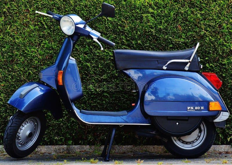 Motocicleta Azul Px 80 X imagenes de archivo