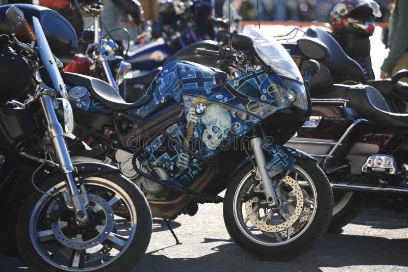 Motocicleta BMW com airbrushing entre outras bicicletas imagem de stock royalty free