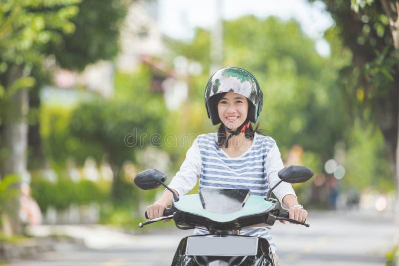 Motocicleta bonita da equitação da mulher fotografia de stock royalty free