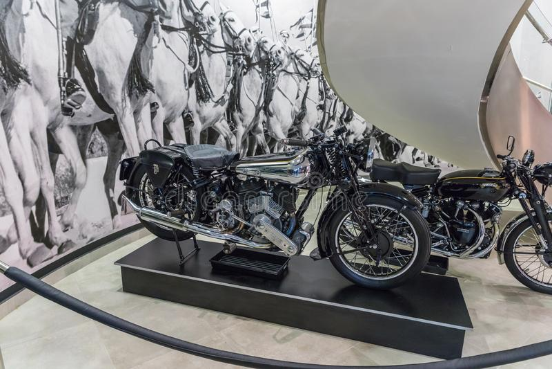 A motocicleta Brough SS80 superior 1936 na exposição no museu em Amman, a capital do carro do rei Abdullah II de Jordânia fotografia de stock royalty free