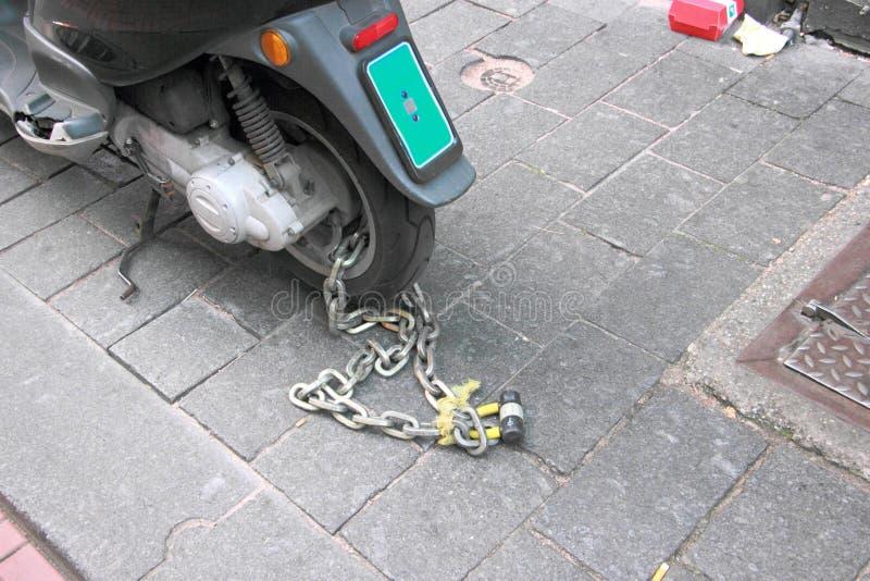 Motocicleta Chain e do cadeado da segurança da roda imagem de stock