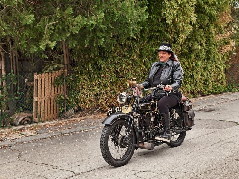 Motocicleta clásica AJS G2 800 cc 1926 del montar a caballo de la mujer del motorista foto de archivo libre de regalías
