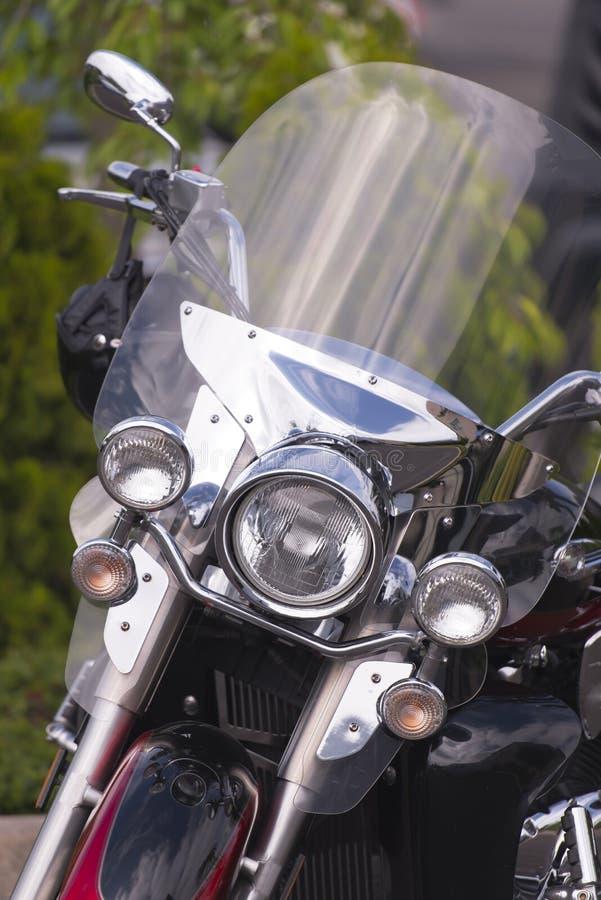Motocicleta clásica elegante con vista delantera del parabrisas protector imagen de archivo