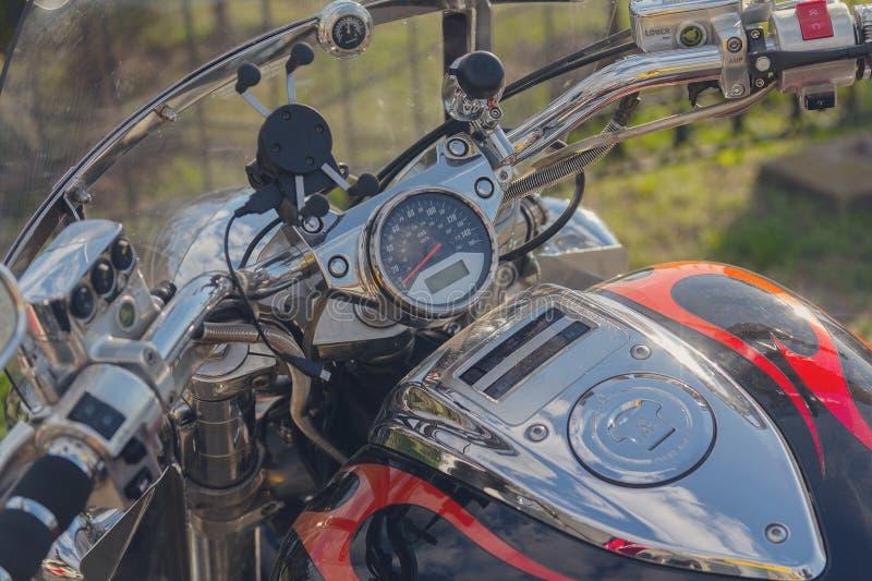 Motocicleta clássica bonita do tanque do velocímetro, do volante e de gás fotografia de stock royalty free
