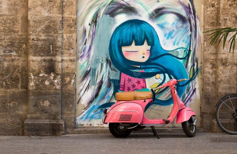 Motocicleta cor-de-rosa do vespa com pintura mural fotografia de stock royalty free