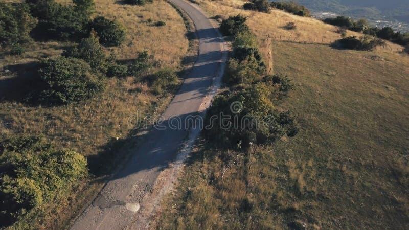 Motocicleta da equitação dos pares na estrada rural estoque Opinião superior o motociclista de montada e a sua mulher no vestido  imagens de stock