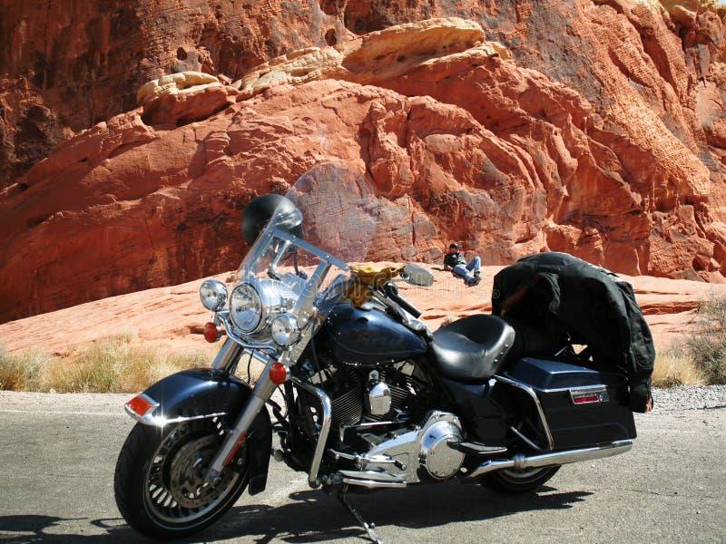 Motocicleta da posição do motociclista com motociclista de descanso fotografia de stock royalty free