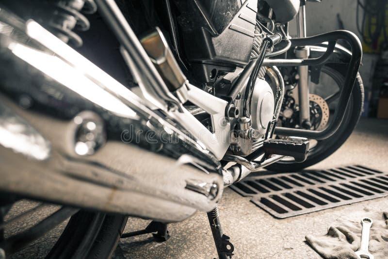 Motocicleta de brilho que está na garagem foto de stock royalty free