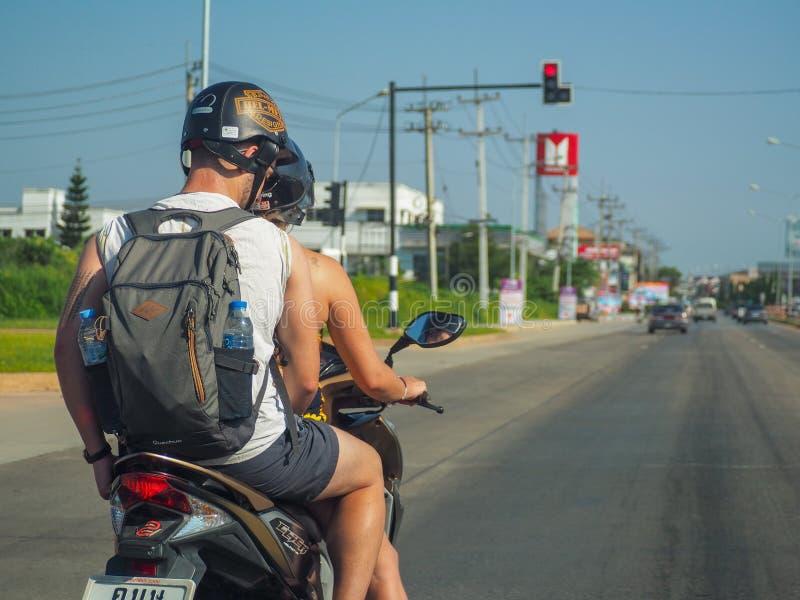 Motocicleta de estacionamento do viajante no sinal foto de stock