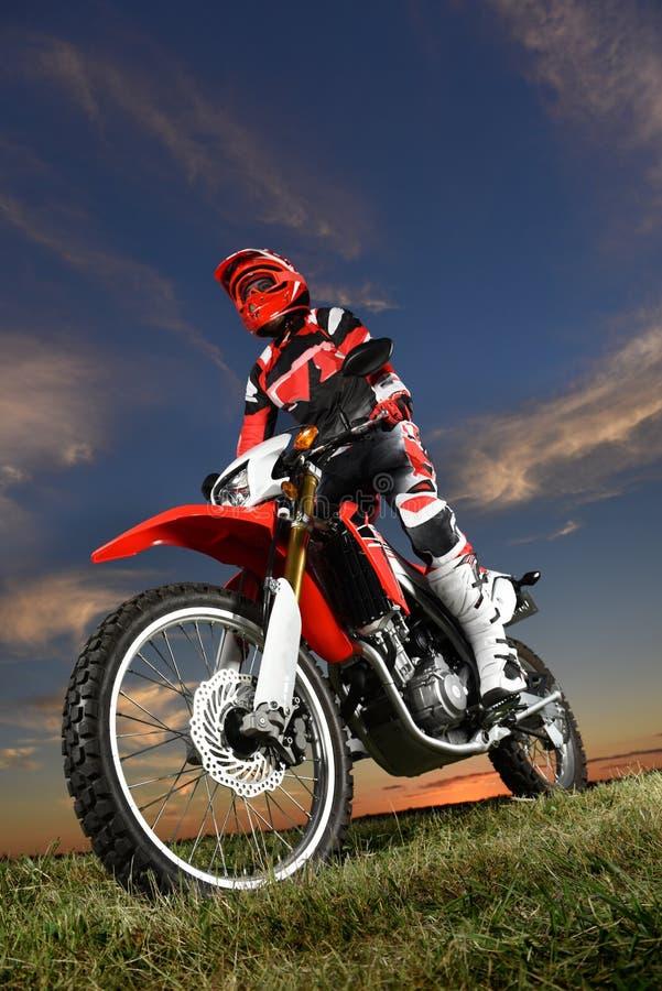 Motocicleta de Ridond do homem fotografia de stock royalty free