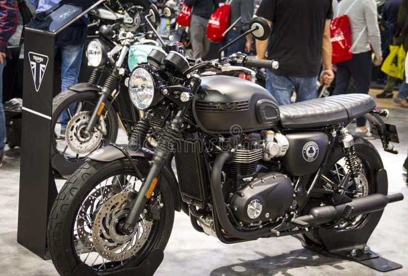 Motocicleta de Triumph en la expo de las motocicletas en la demostración de Milán EICMA fotografía de archivo libre de regalías