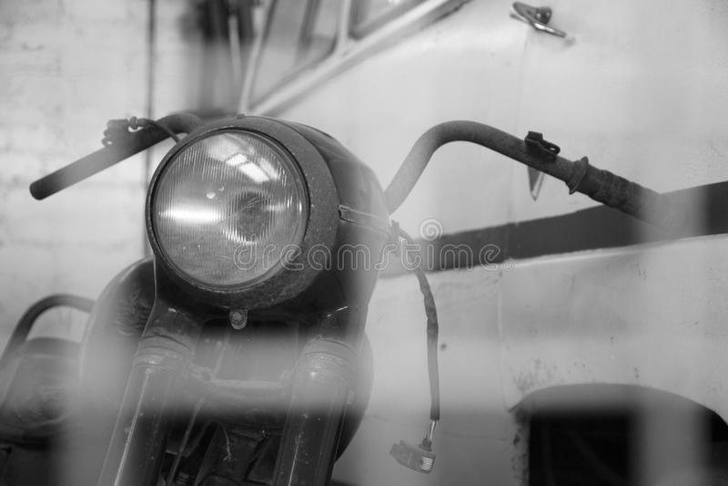 Motocicleta del vintage en el campo fotos de archivo libres de regalías