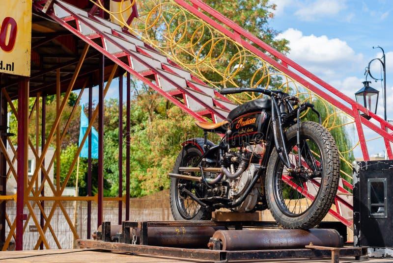Motocicleta em rolos na frente da atração do carnaval fotos de stock