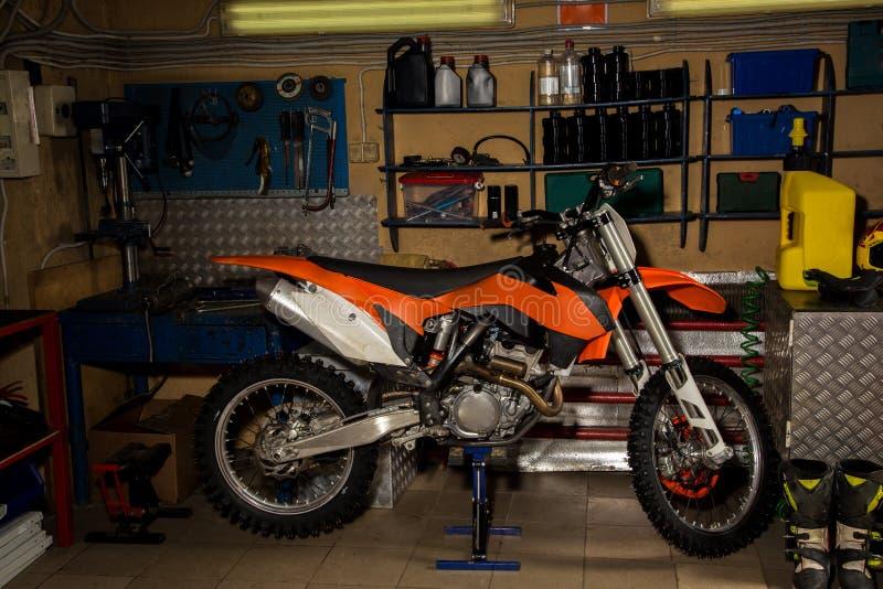 Motocicleta en garaje imagen de archivo