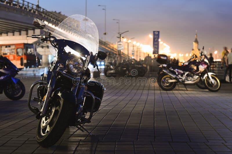 Motocicleta en la calle de la noche fotos de archivo