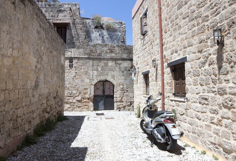 Motocicleta en la calle vieja imagen de archivo libre de regalías