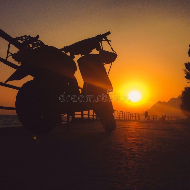 Motocicleta en la puesta del sol foto de archivo libre de regalías