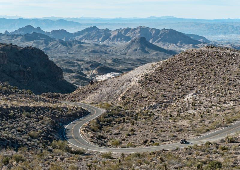 Motocicleta en Route 66 en las montañas del negro de Arizona fotos de archivo