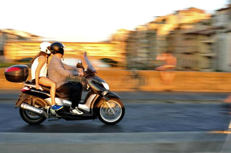 Motocicleta en tráfico en la ciudad de Florencia en Italia fotografía de archivo