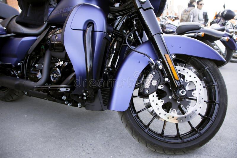 A motocicleta está no asfalto imagem de stock royalty free