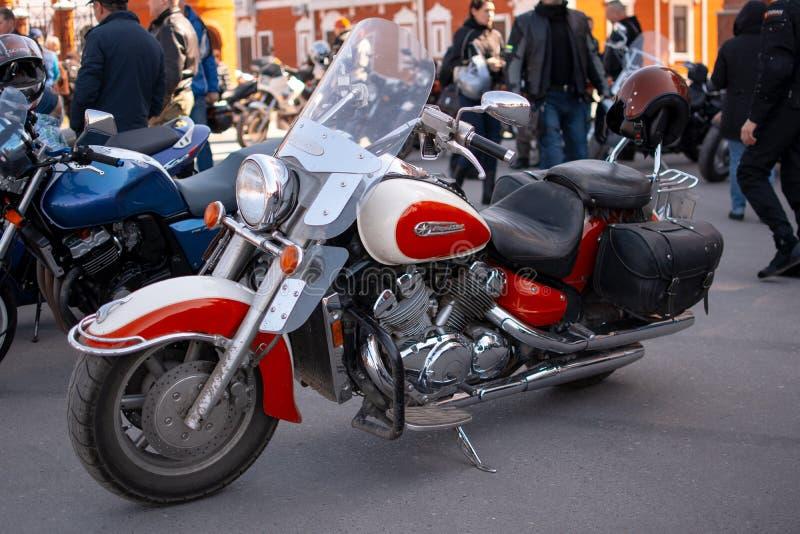 A motocicleta está no asfalto fotos de stock royalty free