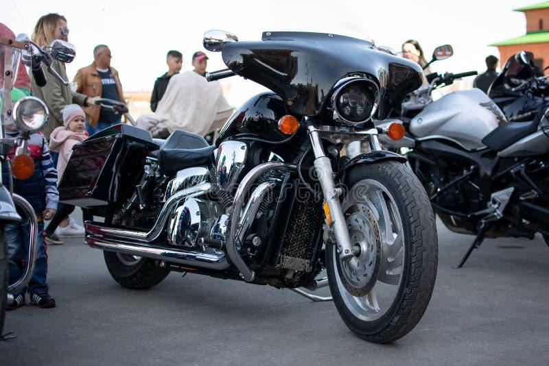 A motocicleta está no asfalto foto de stock royalty free
