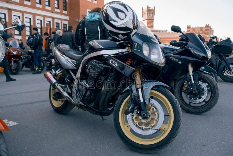 A motocicleta está no asfalto imagens de stock