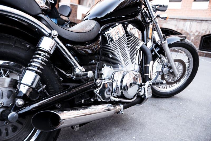 A motocicleta está no asfalto foto de stock