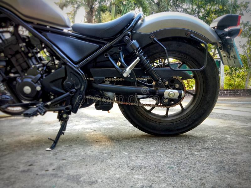 Motocicleta estacionada no assoalho imagem de stock