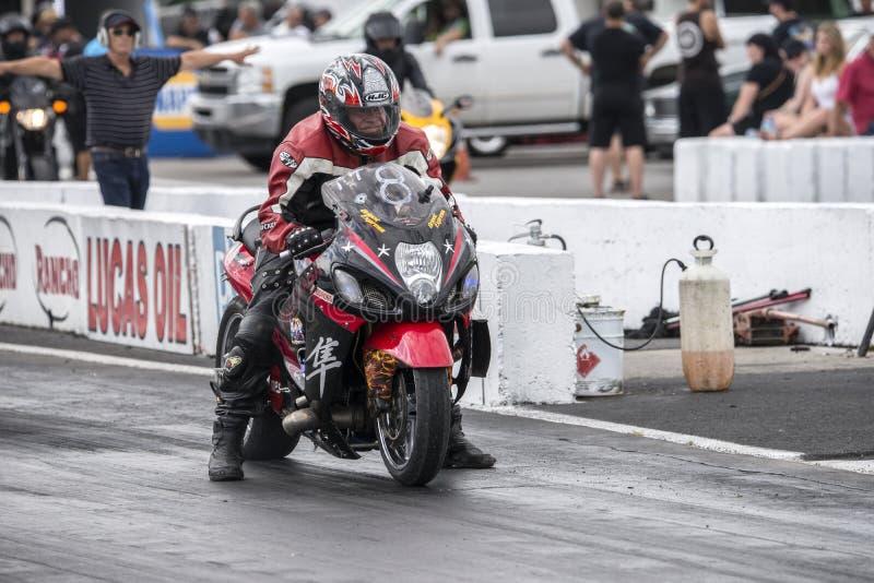 Motocicleta lista para comenzar en la pista fotos de archivo libres de regalías