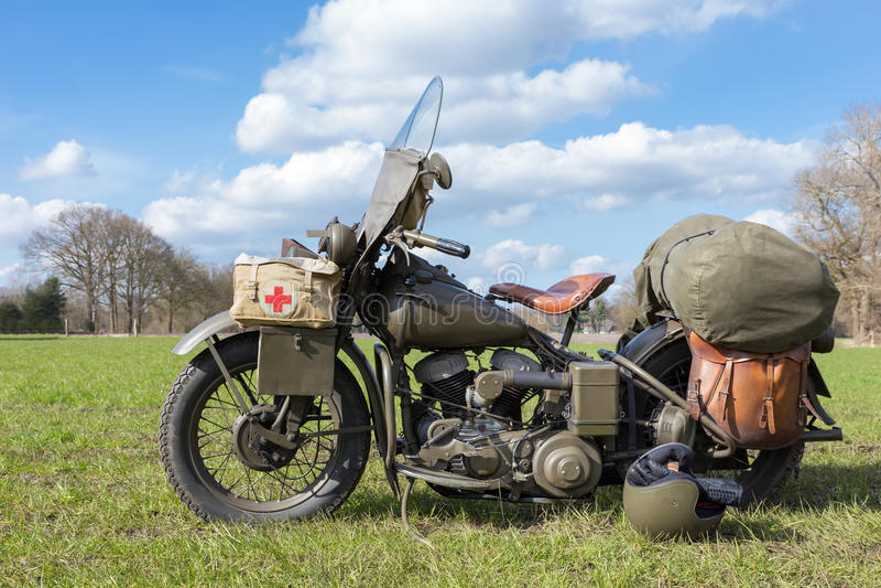 Motocicleta militar vieja con la Cruz Roja imágenes de archivo libres de regalías