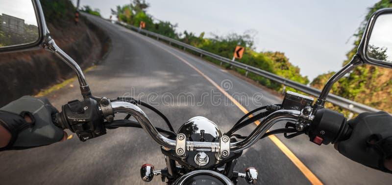 Motocicleta na estrada asfaltada vazia fotografia de stock