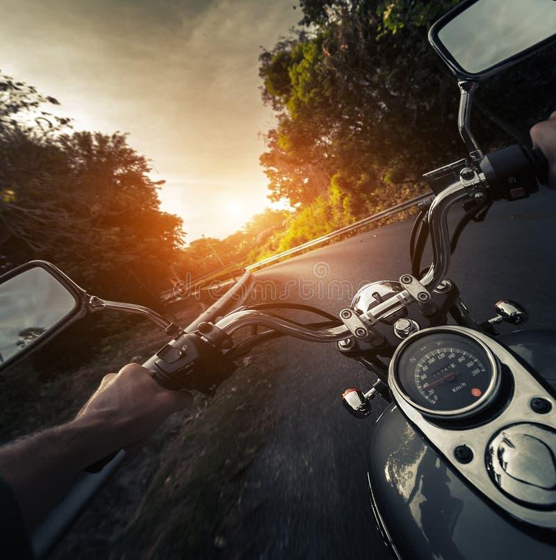 Motocicleta na estrada asfaltada vazia foto de stock