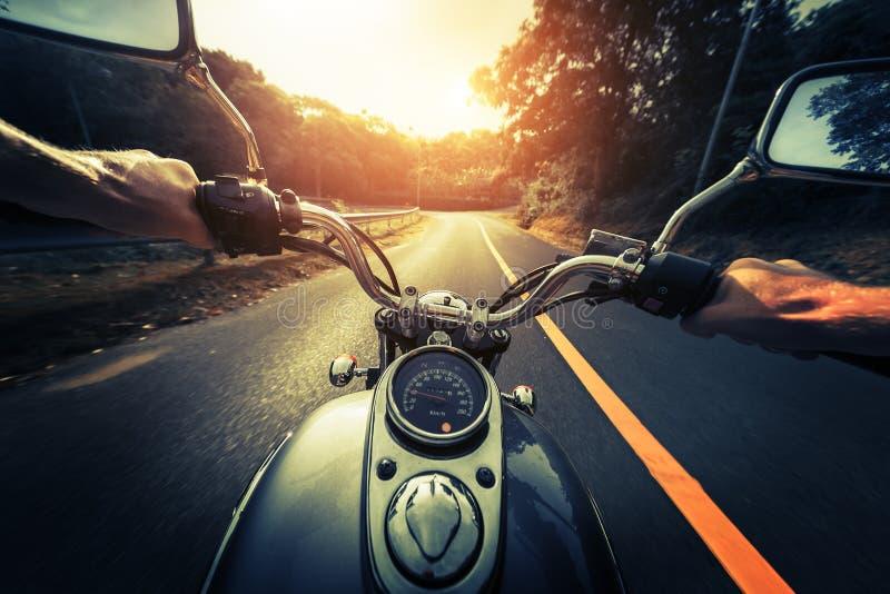 Motocicleta na estrada asfaltada vazia imagem de stock royalty free
