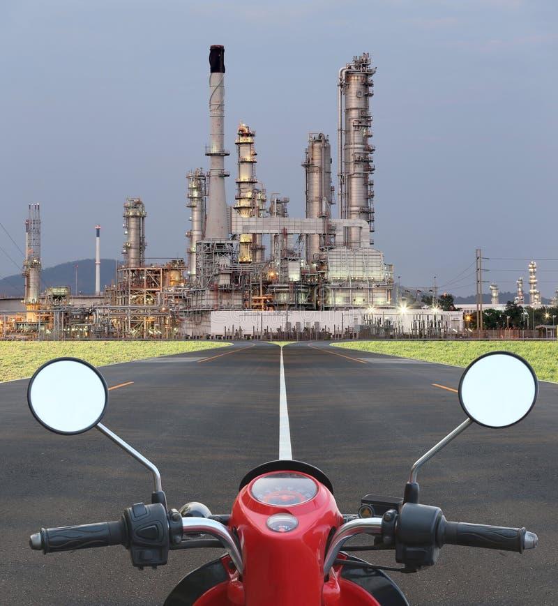 A motocicleta na maneira vai à refinaria de petróleo foto de stock royalty free