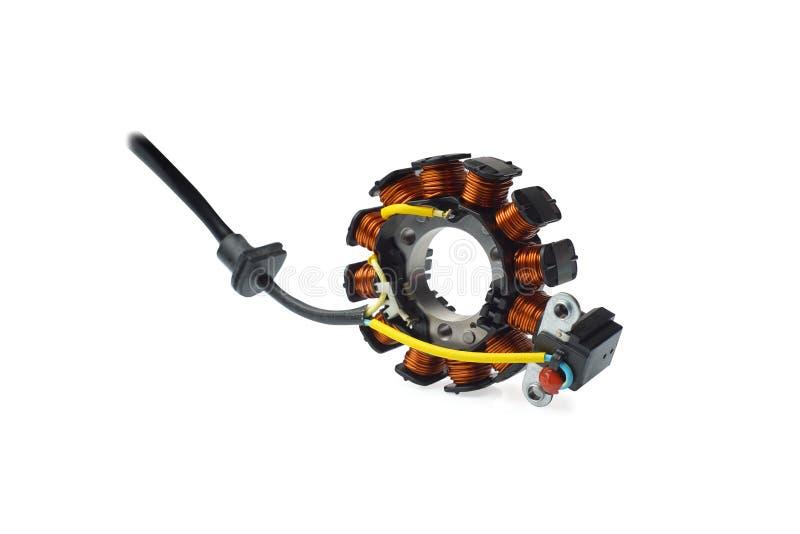 Motocicleta o vespa electrónica de la ignición bobina magnética de la motocicleta con 12 polos en el fondo blanco imagen de archivo