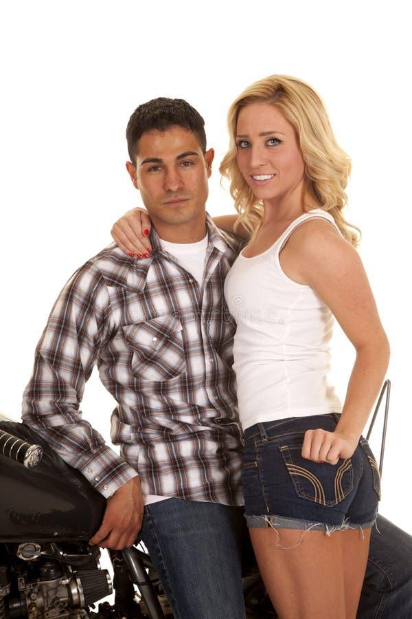 Motocicleta ocidental das camisas dos pares sorri suporte fotos de stock royalty free