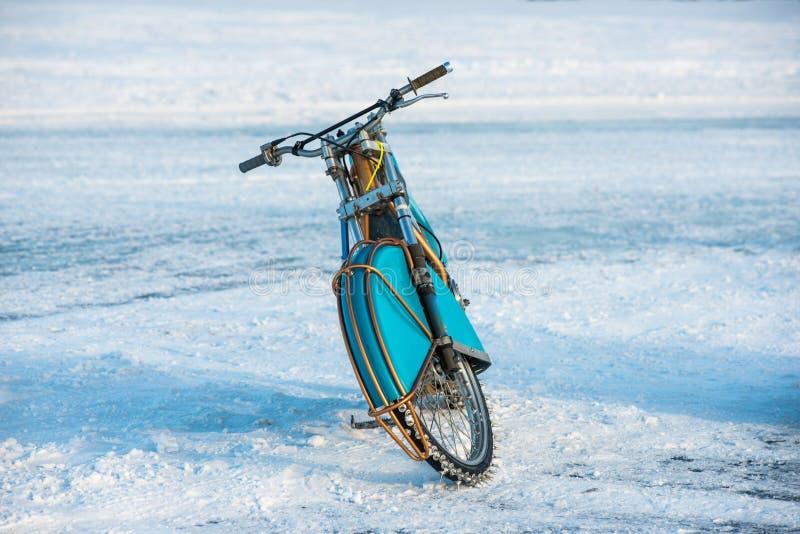Motocicleta para el carretera del invierno foto de archivo
