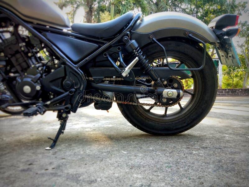 Motocicleta parqueada en el piso imagen de archivo