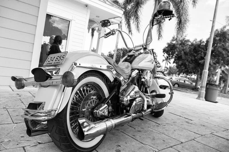 Motocicleta parqueada en la casa Motocicleta el viajar en la motocicleta fresca Club de la motocicleta wanderlust foto de archivo libre de regalías