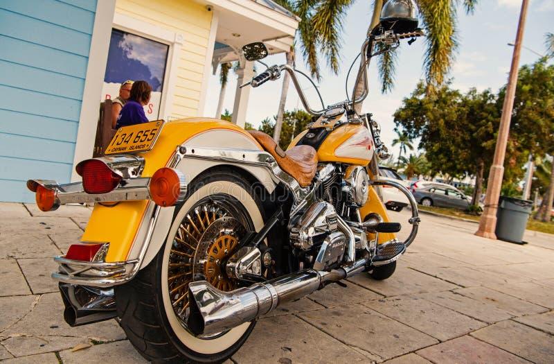 Motocicleta parqueada en la casa Motocicleta el viajar en la motocicleta fresca Club de la motocicleta wanderlust fotografía de archivo libre de regalías