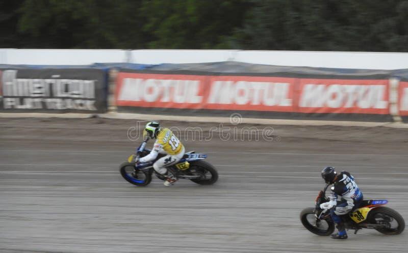 Motocicleta plana de la pista que compite con alrededor de una pista oval imagen de archivo