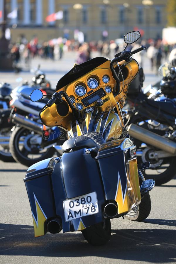 Motocicleta preta e amarela Harley-Davidson Road Glide com uma matrícula do russo Vista traseira foto de stock