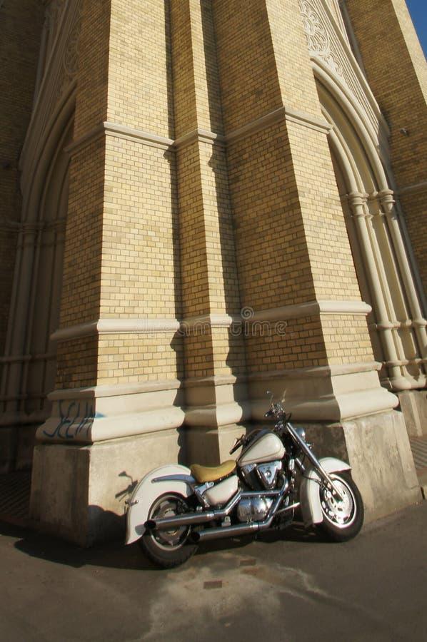 Motocicleta que abraza la catedral fotos de archivo libres de regalías