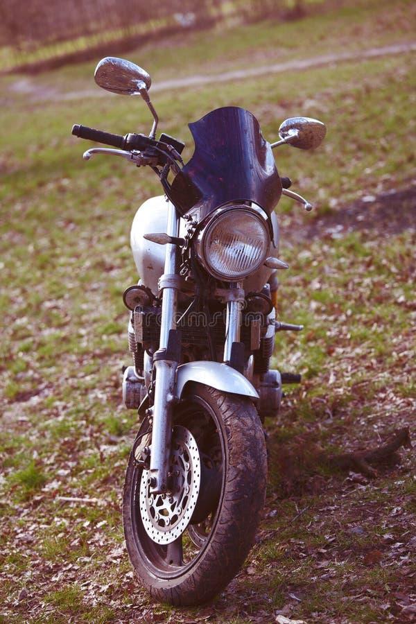 Motocicleta que está nas madeiras imagens de stock