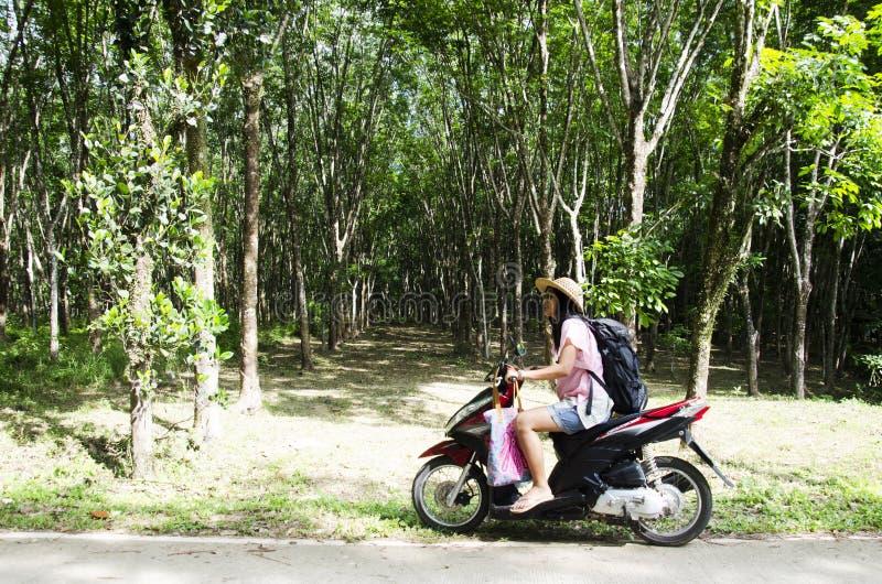 Motocicleta que monta de la gente asiática de la mujer del backpacker del viajero en stre imágenes de archivo libres de regalías