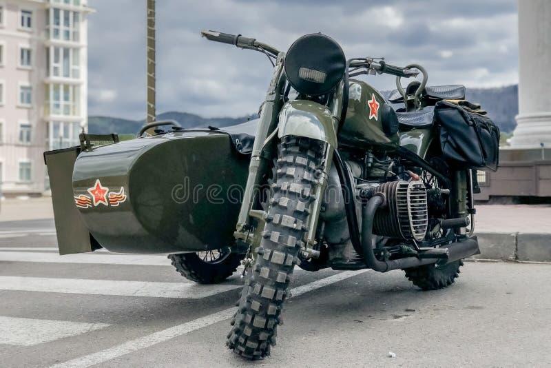 Motocicleta retra rusa URAL de color caqui Moto durante la Segunda Guerra Mundial con símbolos soviéticos fotografía de archivo