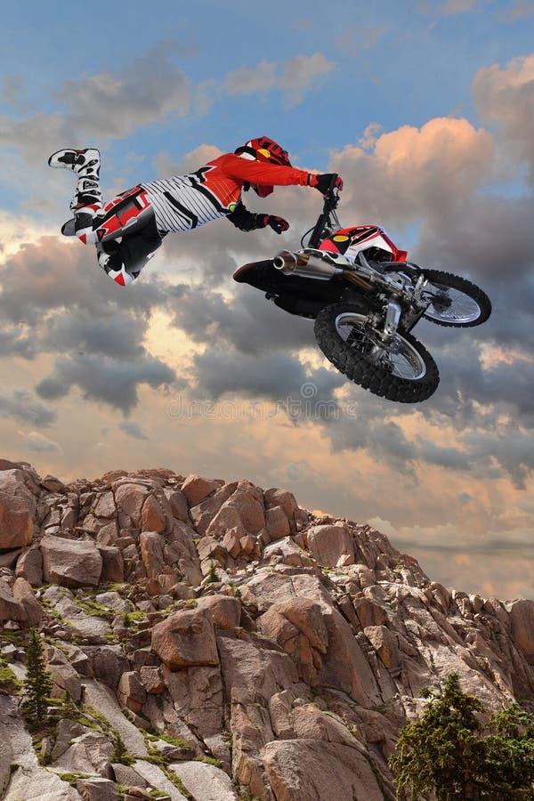 Motocicleta Rider Performing Aerial Stunt imagem de stock